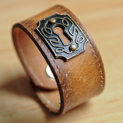 Keyhole leather cuff {light brown}